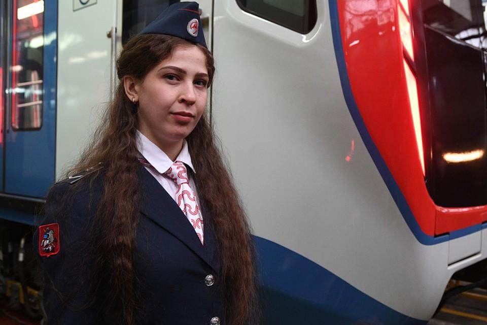 работа девушки в метро