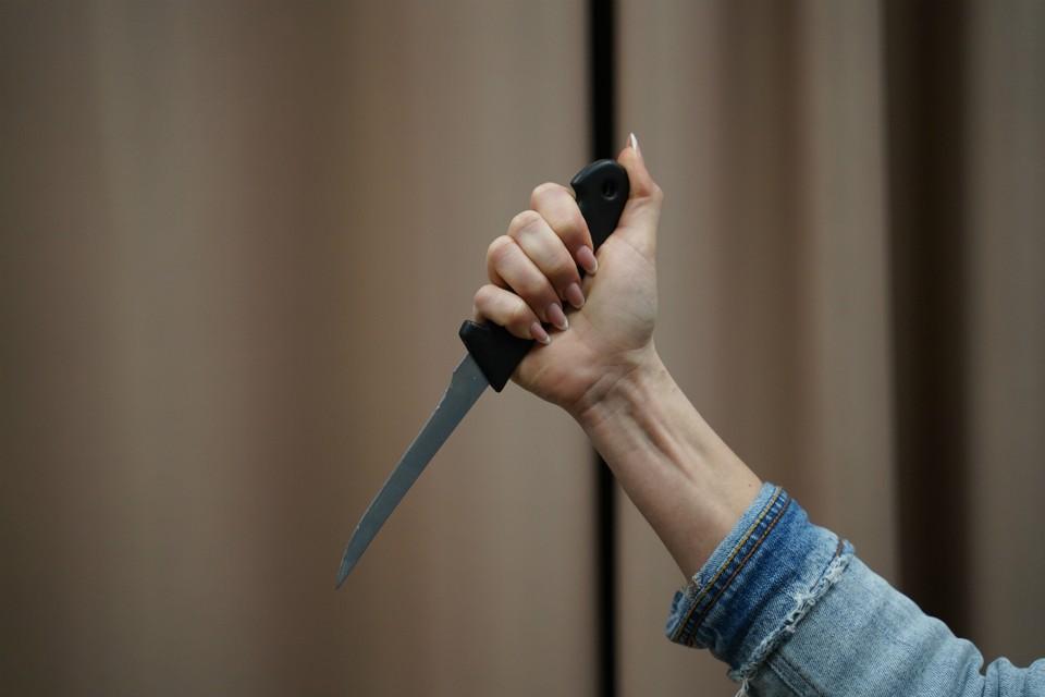 В пылу пьяной ссоры женщина ударила сожителя ножом в шею.