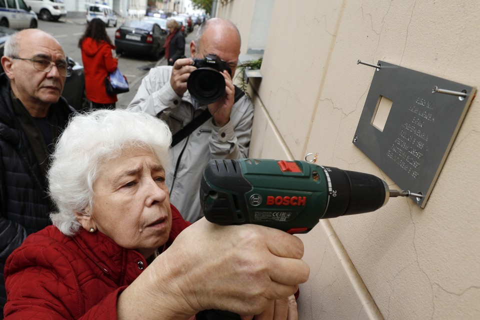 Родственники репрессированного Н.Баракса на церемонии установки таблички с именем на фасаде дома №21, где он жил. Фото: Михаил Джапаридзе/ТАСС