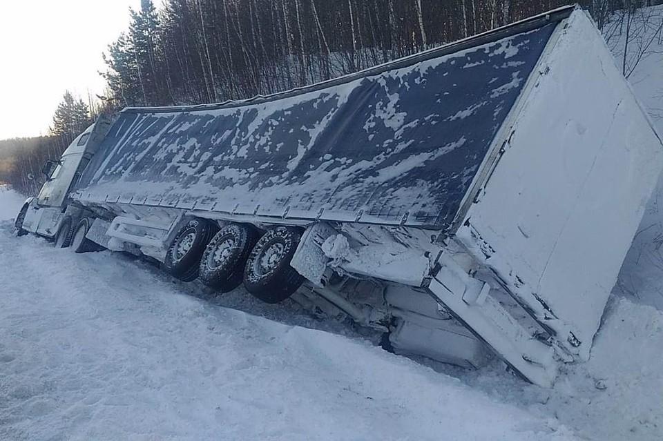 Две фуры вылетели в кювет на трассе в Кузбассе. Фото: ГУ МВД России по Кемеровской области