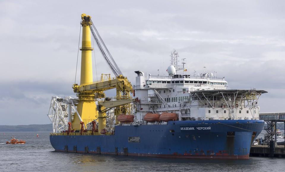 """Трубоукладывающее судно """"Академик Черский"""", простояв почти месяц недалеко от Калининграда"""