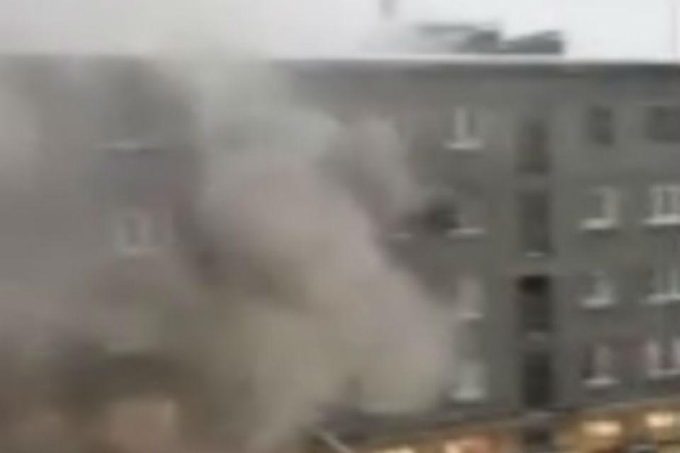В доме №24 на улице Чумбарова-Лучинского загорелась квартира. Фото: скриншот видео