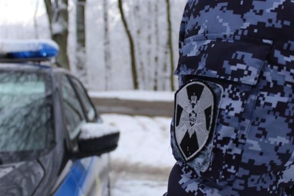 Молодой человек пытался вынести из магазина товаров на семь тысяч рублей. Фото: Росгвардия
