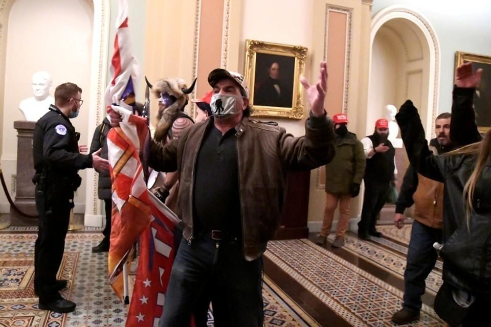 Ворвавшимся в конгресс США демонстрантам не удалось заполучить бюллетени с голосами выборщиков