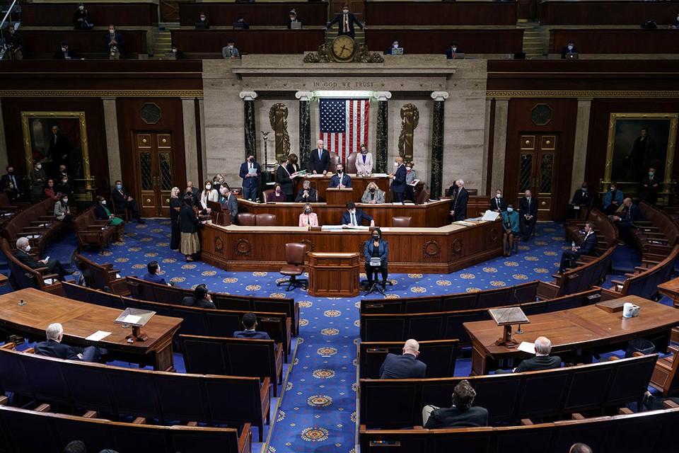 Поздней ночью Конгресс США, продолживший после штурма Капитолия заседание обеих палат, утвердил результаты голосования Коллегии выборщиков.