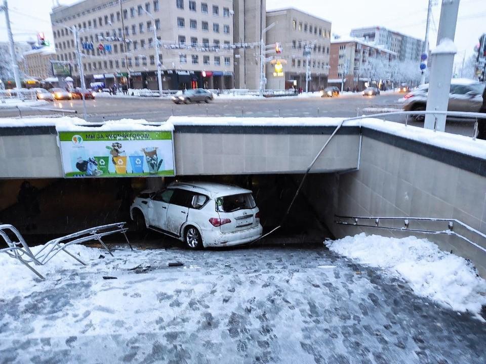Жесткое ДТП у Комаровского рынка: машина оказалась в подземном переходе!