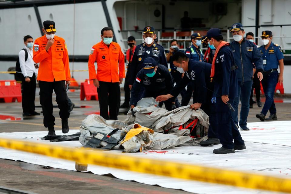 Спасители обнаружили части тел пассажиров рухнувшего Boeing 737