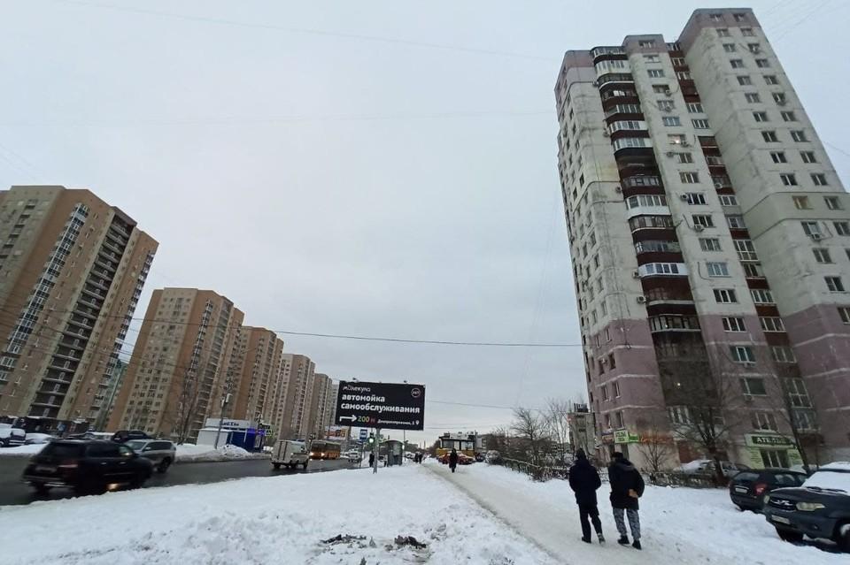 Неизвестные запустили ракету в квартиру дома на улице Антонова