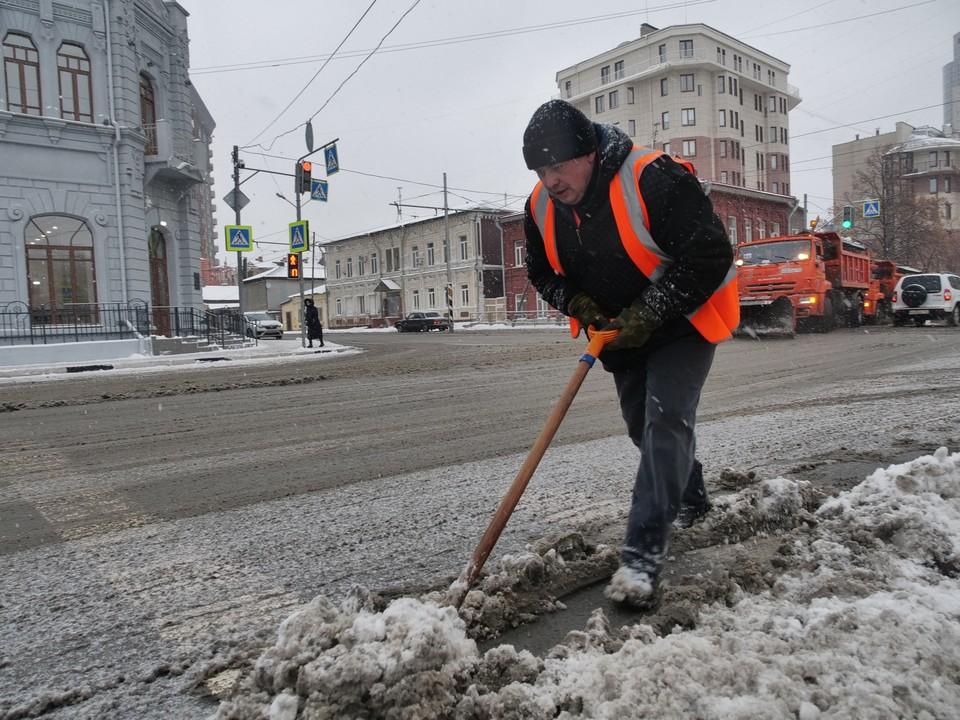 В Самаре устраняют последствия крупного снегопада