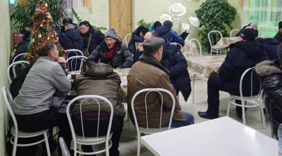 Помощи дожидаться вахтовикам придется в придорожном кафе.