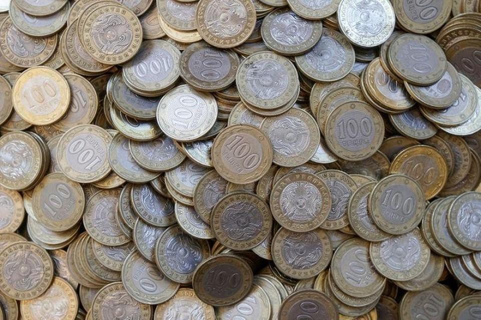 Средний курс продажи доллара в обменниках Алматы равен 421,60 тенге.