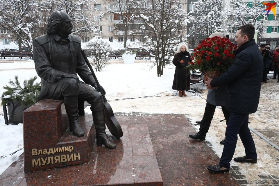 Торжественная церемония прошла у памятника Мулявину на бульваре Песняра.