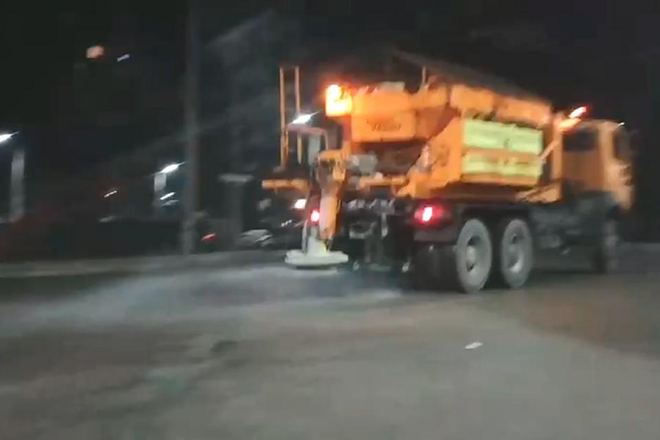 В связи с тем, что прошлой ночью в Кишиневе была зафиксирована минусовая температура, профильные муниципальные службы распределили по улицам столицы и пригородов противогололедный материал. Фото:ionceban.md