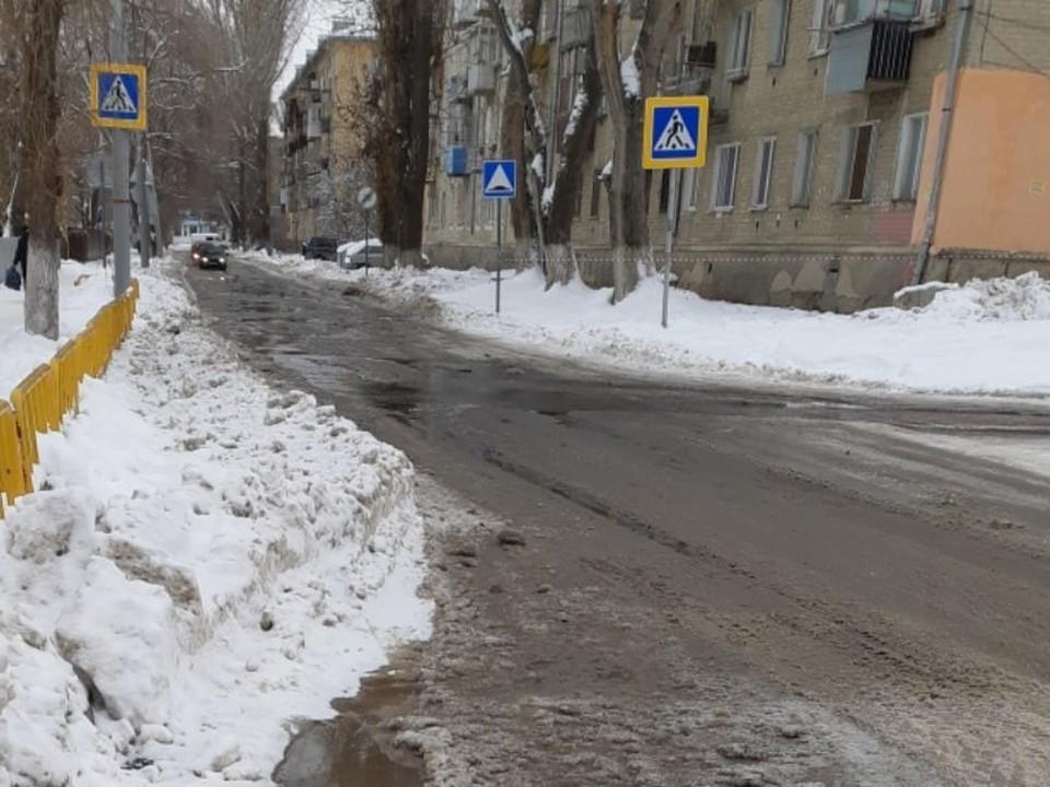 Сточные воды заливают дорогу у школы и детсада.Фото из группы «Заводской Online Саратов»