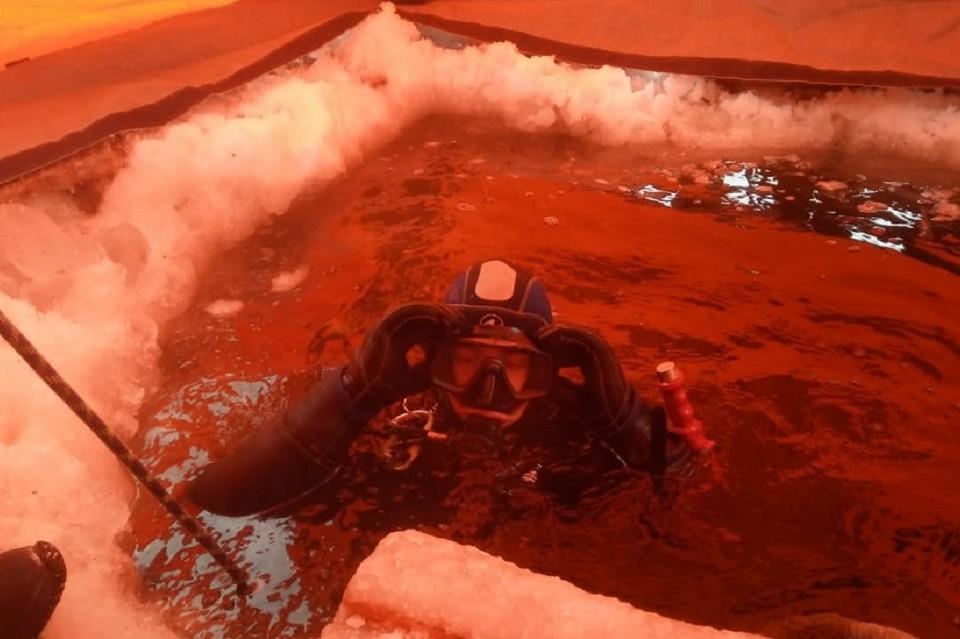 Водолазы ищут на дне карьера тело погибшего водителя бульдозера. Фото: АСС НСО