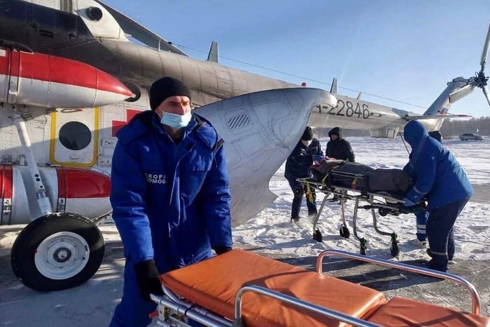 Вертолет с тремя самыми тяжелыми пациентами вылетел в Новосибирск. Фото: минздрав НСО