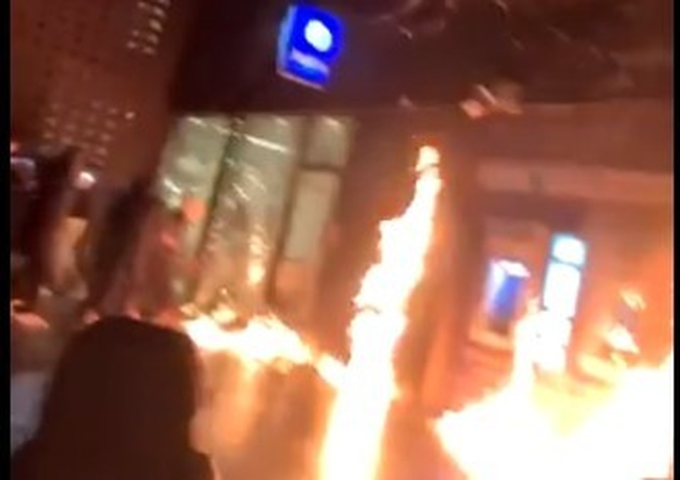 Протесты в Брюсселе: толпа подожгла полицейский участок