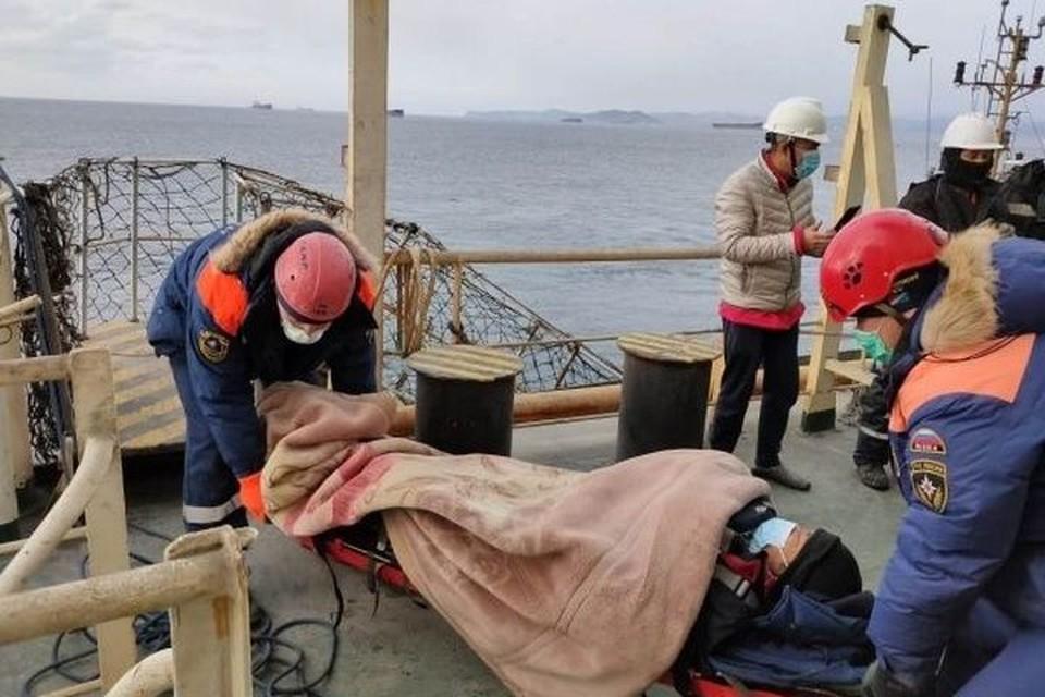 В Приморье спасатели помогли доставить травмированного моряка на берег. Фото: пресс-служба ДВРПСО МЧС России