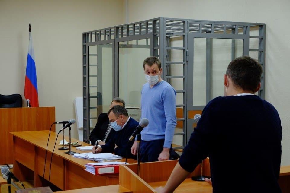 Подсудимые Александр Иванов (cправа) и Николай Плебух (в центре).