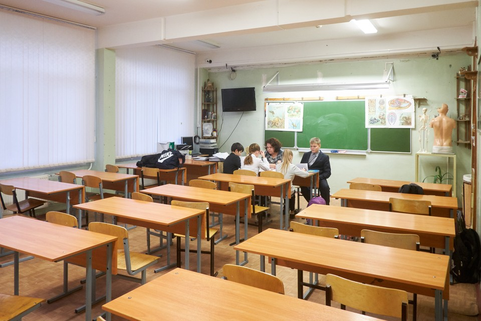 В Петербурге снижается число заболевших среди сотрудников и учеников школ.