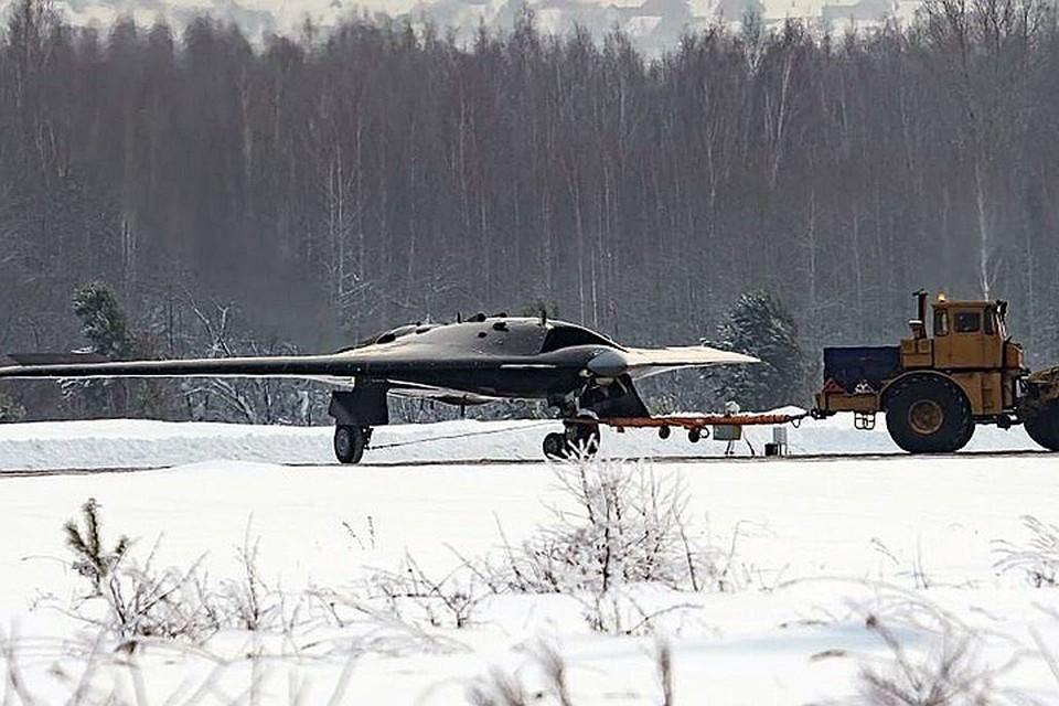 Журнал Forbes сообщил, что российские конструкторы и инженеры разрабатывают ударный беспилотный летательный аппарат «Охотник-Б» с опережением графика