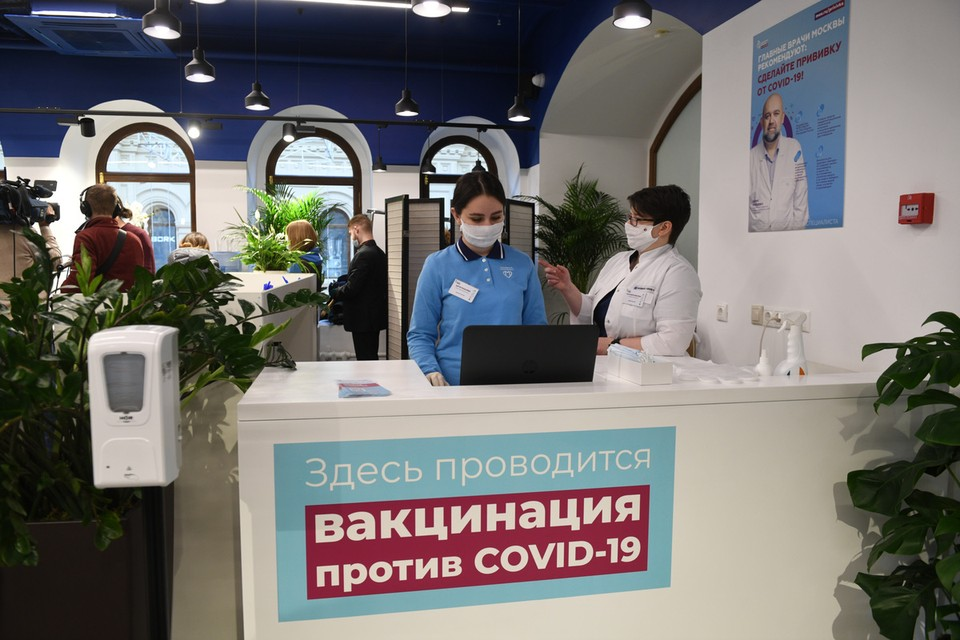 Сделать прививку от коронавируса с 18 января можно в ГУМе на Красной площади.