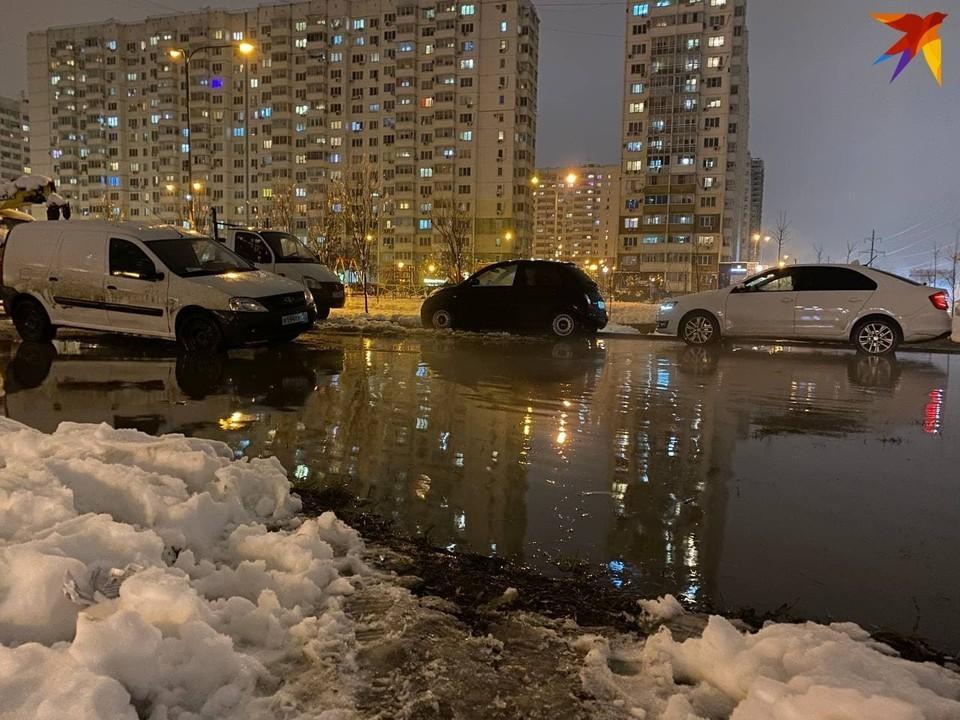 По словам жителей, канализация здесь давно бьет ключом