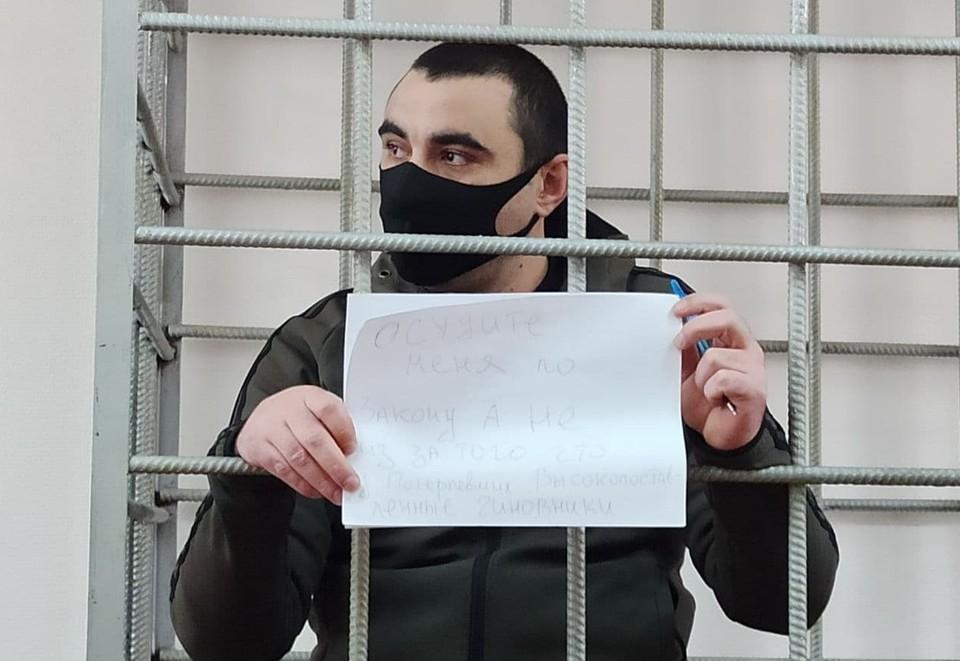 Арсен Мелконян во время заседания письменно обратился к суду. Фото: Объединенная пресс-служба судов Волгоградской области.