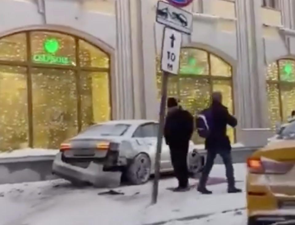 На Воздвиженке в Москве автомобиль сбил пешехода. Фото: скриншот видео.