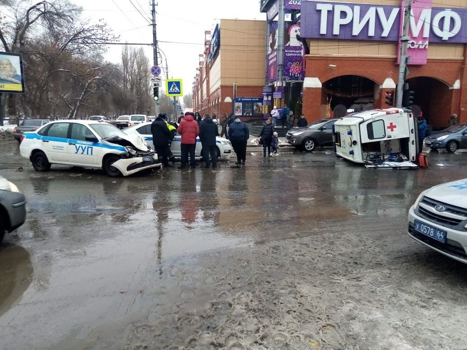 Автомобиль скорой помощи перевернулся после ДТП с «Ладой Гранта» полиции