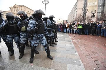 Провокаторы нападают, ОМОН защищается - Как изнутри выглядит несанкционированный митинг в Москве