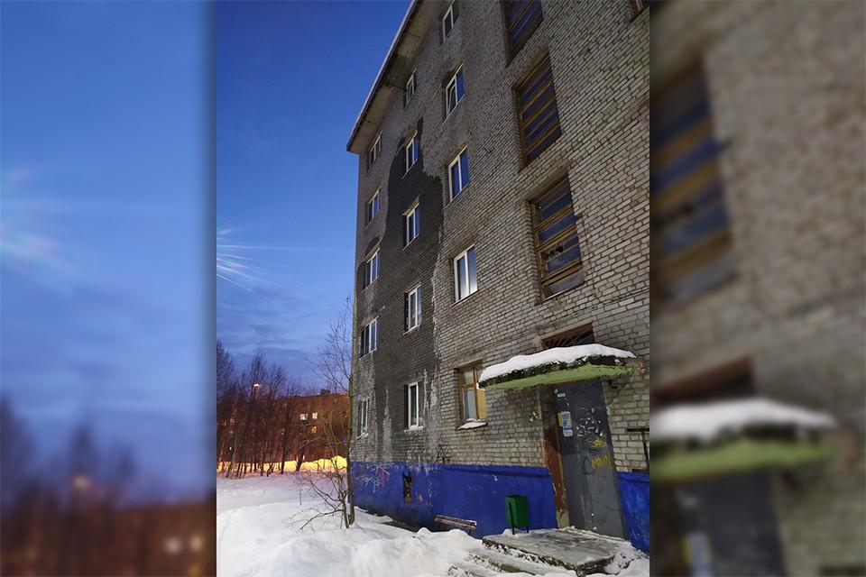Когда дом расселяли - в нем сейчас живет только несколько человек - женщина не стала покидать свою квартиры. Фото: vk.com/narodnoetvx