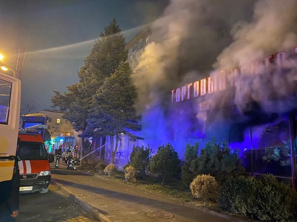 Площадь пожара составила 600 квадратных метров. Фото: ГУ МЧС России по РО.