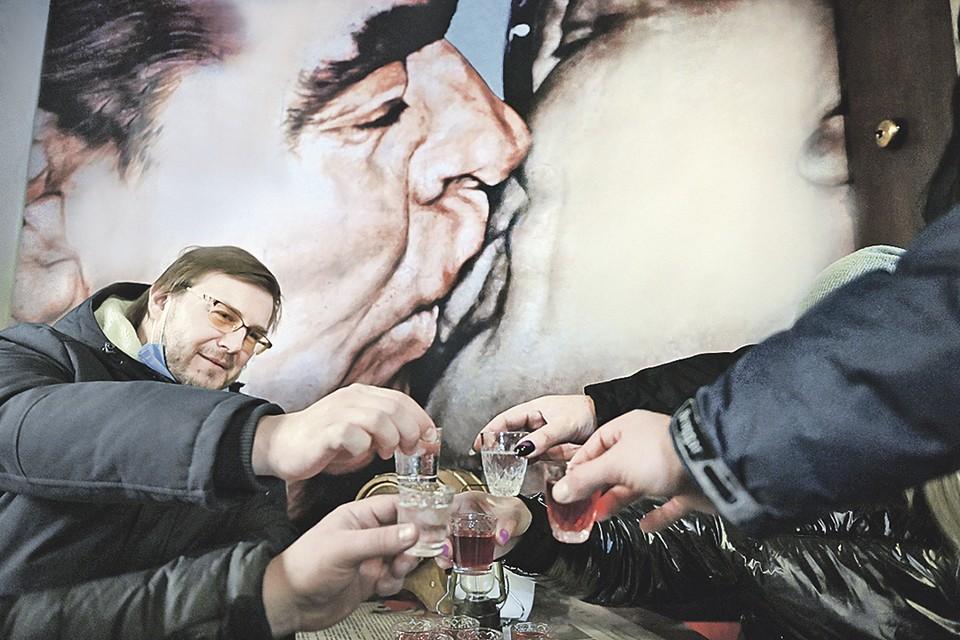 В брежневские времена не было так много сортов выпивки, как теперь. Но зато за качеством спиртного строго следили. Фото: Григорий СЫСОЕВ/РИА Новости