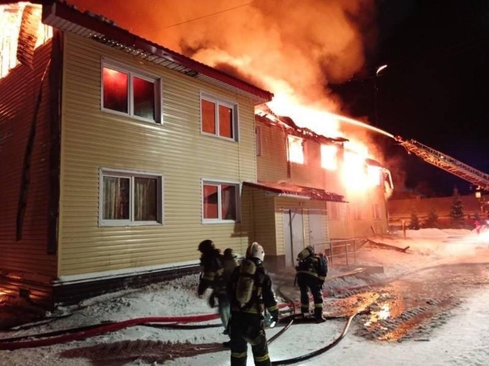 Огонь полностью уничтожил два подъезда дома №11 на улице Спекова. Фото: МЧС по Мурманской области