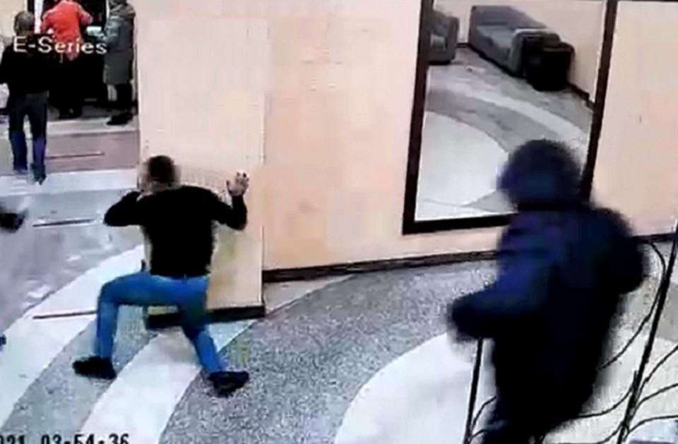 Охрана пыталась не пустить пьяного дебошира, но он достал нож. Фото: скриншот видео