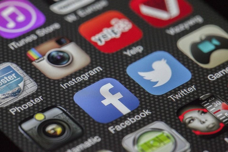 Специалисты рекомендуют не оставлять свои имя и фамилию в интернете. Фото: pixabay