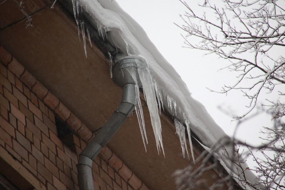 Управляющим компаниям досталось и за снег во дворах, и за сосульки на крышах.