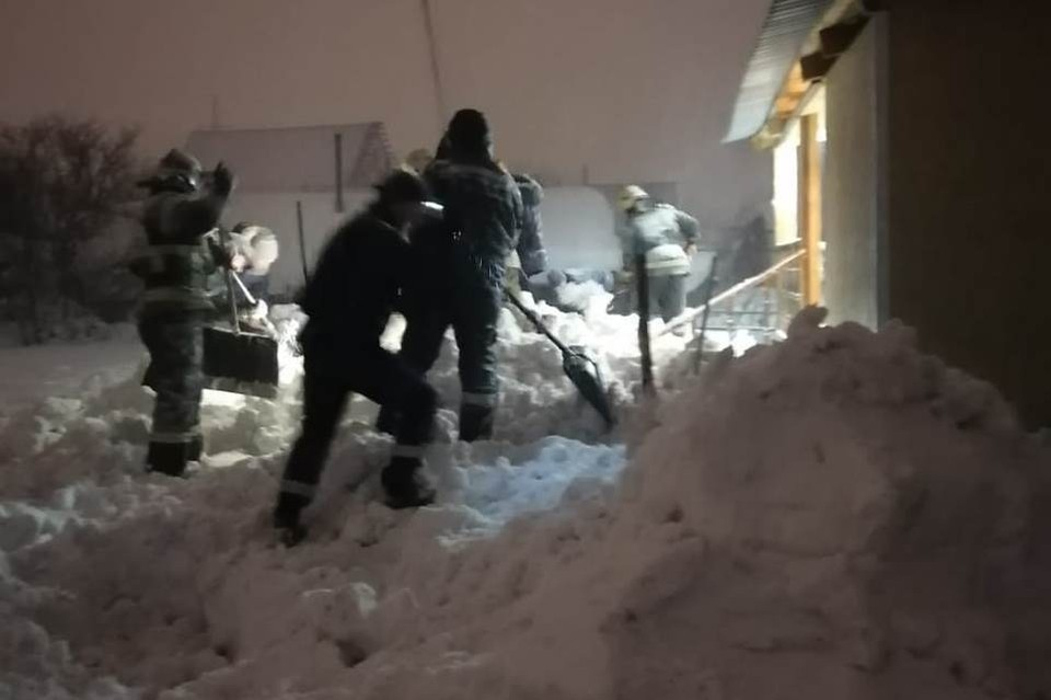 """В Кузбассе женщина чудом выжила после 10 часов под снежным завалом. Фото: МБУ """"Защита населения и территории"""" Новокузнецка"""