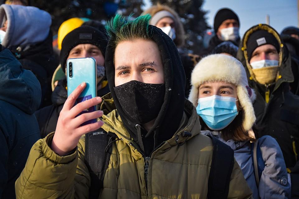 В 2012 году стояли на улице, взявшись за руки, - а в 2021 году постоим во дворе с телефонами. Чего-чего, а телефонов с тех пор стало только больше - от невыносимой-то жизни при диктатуре