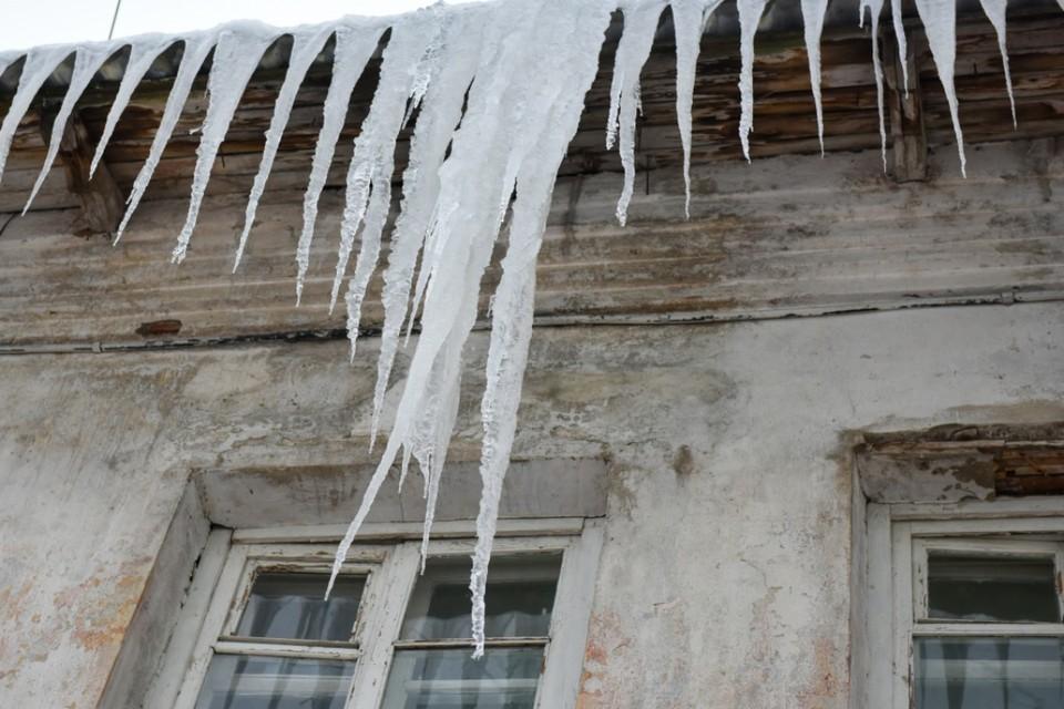 Состояние многих крыш кировских домов признали далеко не удовлетворительным. Фото: admkirov.ru