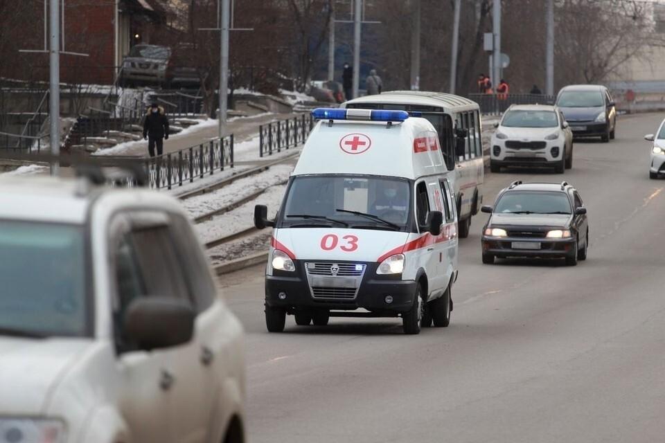 В Новосибирске мужчина попал в больницу, после того как упал с крыши магазина, когда чистил снег.