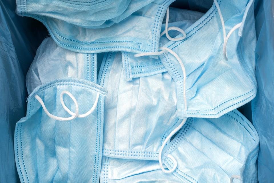 Роспотребнадзор разъяснил порядок утилизации использованных медицинских масок и перчаток.