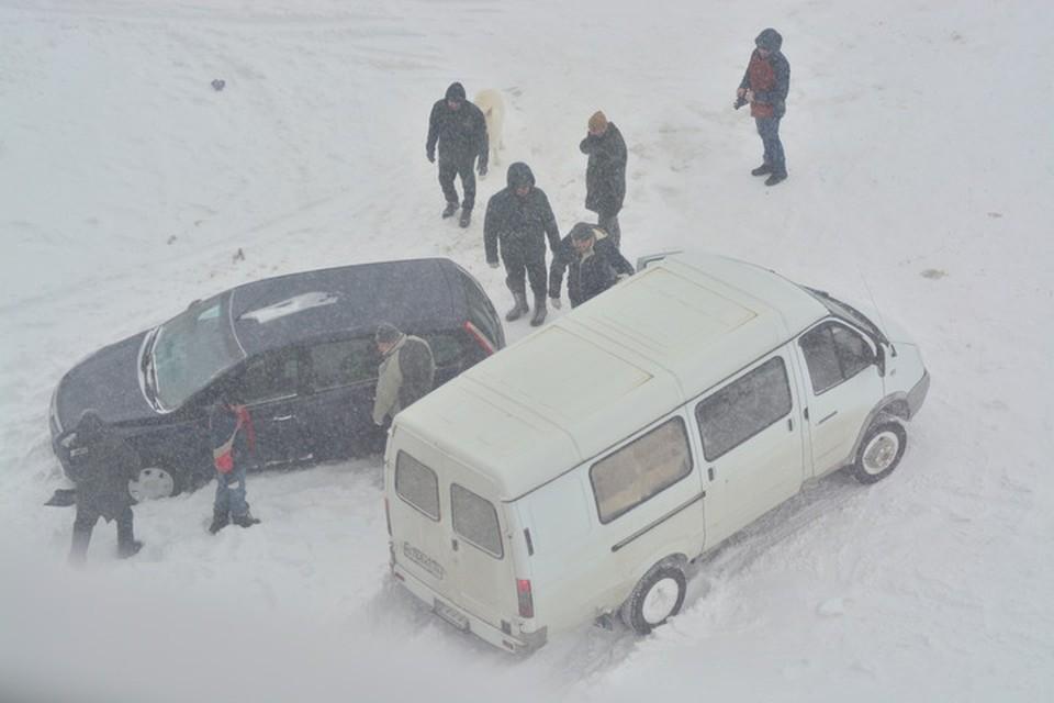 Из-за снегопада 12 февраля в Брянске застряло множество машин.