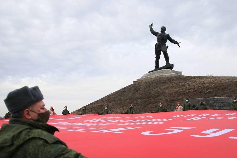 200-метровое знамя было передано в Республику от Саратовской областной организации «Российского Союза ветеранов Афганистана». Фото: ЛИЦ