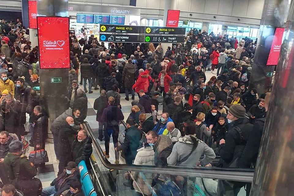 Пассажиры рассказывают, что за несколько часов скопилось много людей, в кафе очереди