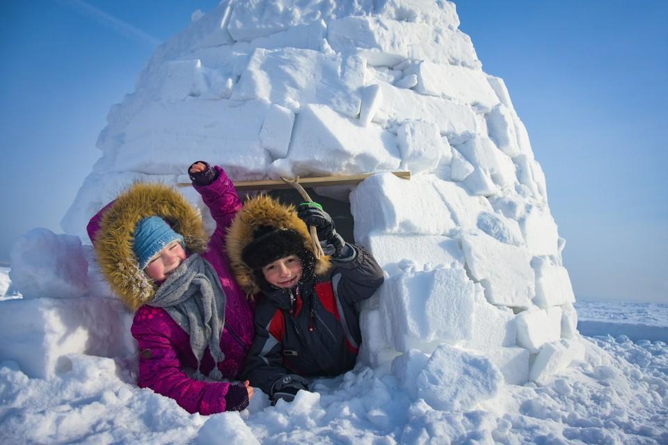 Дети с удовольствием строили снежные домики.