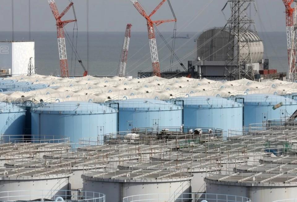 Небольшой объем воды вылился из бассейнов с топливом на АЭС в Фукусиме из-за землетрясения.