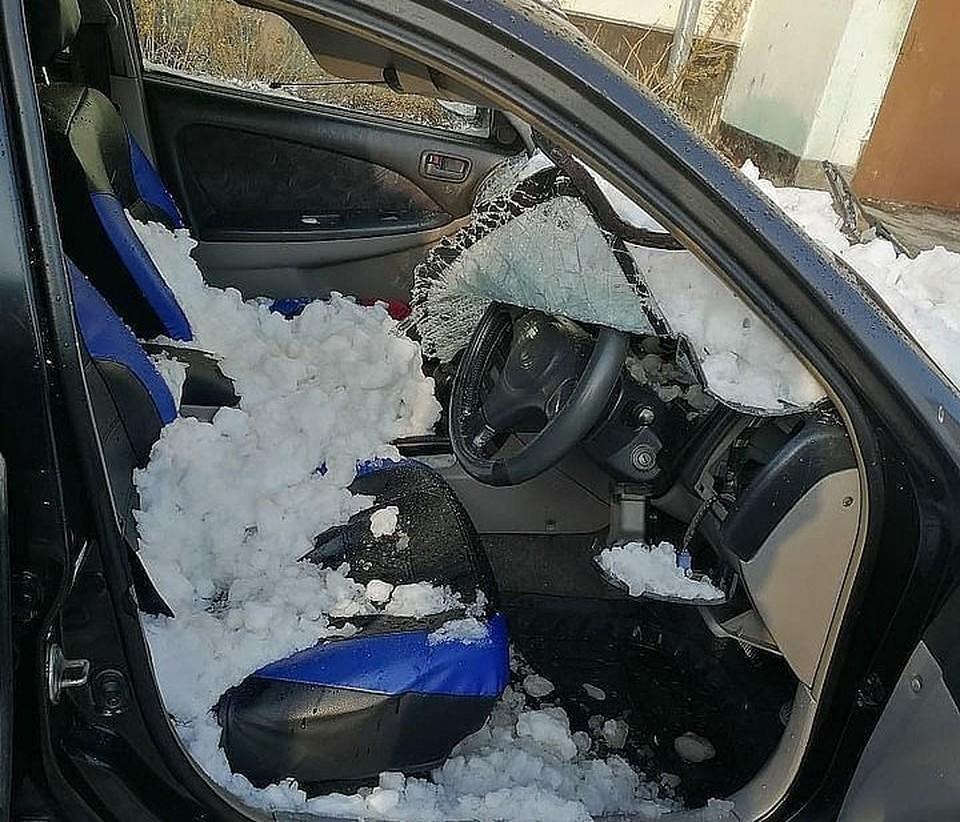 Снег упал с крыши дома на машину. Фото: Instagram/arstv
