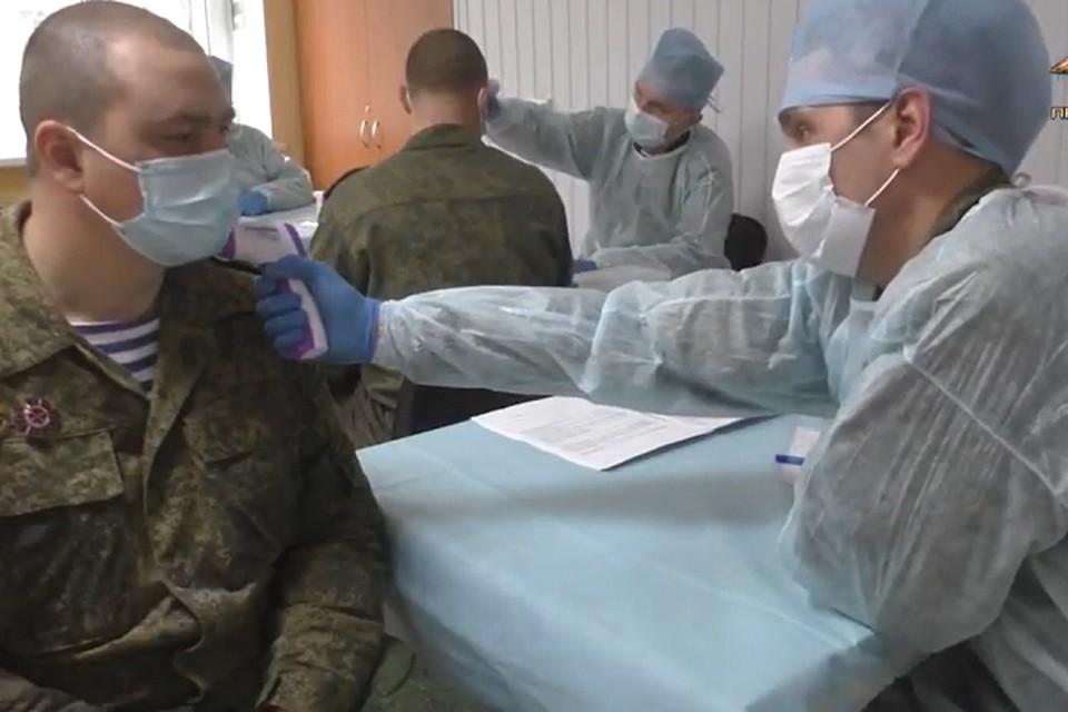 Перед началом вакцинации военнослужащие прошли медицинский осмотр. Фото: пресс-служба УНМ ДНР